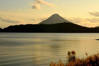 池田湖畔から見た開聞岳