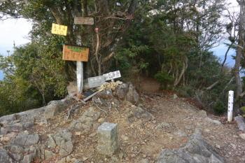 矢筈岳の山頂(標高811.1m)