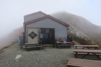 霧の中の五竜山荘