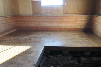 避難小屋の内部