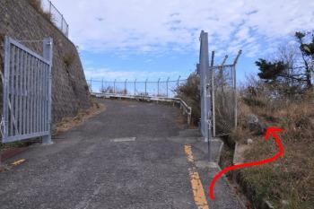 ゲート横の小道です。