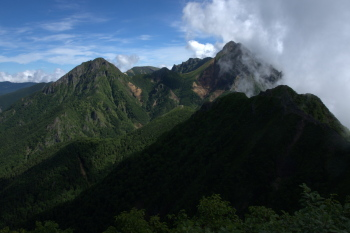 権現岳付近から見た八ヶ岳(左が阿弥陀岳、右が赤岳)