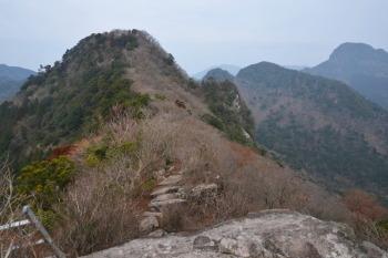 ハシゴの岩場から撮影。右奥が経ヶ岳