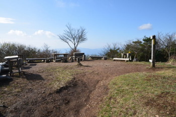 皿ヶ嶺の山頂広場(標高1278m)